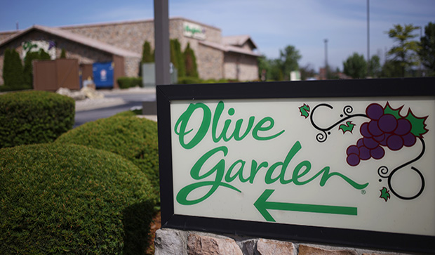 Darden Restaurants Inc. Olive Garden signage is displayed outside of a location in Clarksville, Indiana, U.S., on Monday, June 22, 2015. Darden Restaurants Inc. is scheduled to release earnings figures on June 23. Photographer: Luke Sharrett/Bloomberg